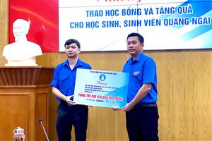 Trung ương Hội SVVN trao học bổng và tặng quà cho học sinh, sinh viên Quảng Ngãi