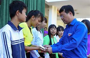 Bí thư thứ nhất TƯ Đoàn dự khai giảng năm học mới trường THPT Sào Báy, Hòa Bình
