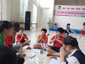 Sinh viên tình nguyện trường Đại học Đồng Tháp dạy Tiếng Anh cho các em thiếu nhi