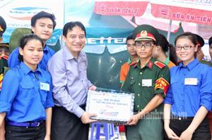 Bí thư thứ nhất BCH Trung ương Đoàn Nguyễn Đắc Vinh thăm, tặng quà sinh viên tình nguyện tại Hà Nội