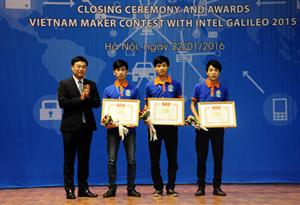 """Xe lăn tích hợp khả năng cứu hộ giành Giải nhất cuộc thi """"Nhà sáng tạo trẻ Việt Nam với Intel Galileo"""" năm 2015"""