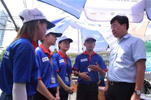 Đồng chí Lê Quốc Phong thăm động viên sinh viên tình nguyện Tiếp sức mùa thi tại TP Hồ Chí Minh