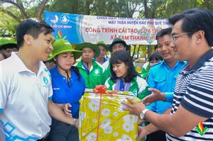 Đồng chí Doãn Hồng Hà - Phó Chủ tịch Trung ương Hội Sinh viên Việt Nam thăm tình nguyện viên chiến dịch Mùa hè xanh 2015