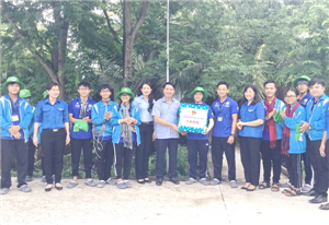 Bí thư Trung ương Đoàn thăm, tặng quà chiến sỹ Mùa hè xanh tại Tiền Giang
