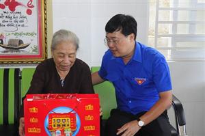 Đồng chí Lê Quốc Phong, Bí thư thứ nhất BCH Trung ương Đoàn thăm tặng quà các gia đình chính sách, Mẹ VNAH tại Bình Thuận.