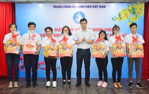 Tặng quà Tết cho cán bộ Hội sinh viên khó khăn, học tốt tại TP.Hồ Chí Minh