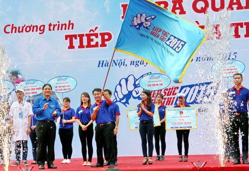 Đồng chí Nguyễn Đắc Vinh - Ủy viên dự khuyết BCH Trung ương Đảng, Bí thư thứ nhất BCH Trung ương Đoàn trao cờ lệnh, tuyên bố ra quân Tiếp sức mùa thi năm 2015