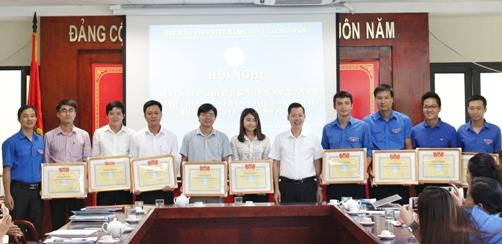 Đồng chí Lê Ngọc Linh – Phó Bí thư thường trực Tỉnh đoàn, Chủ tịch Hội Sinh viên Việt Nam tỉnh Thái Nguyên trao tặng bằng khen cho các tập thể có thành tích xuất sắc trong công tác Hội và phong trào sinh viên, năm học 2015 - 2016