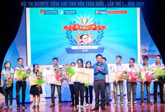 Đồng chí Lê Quốc Phong - Ủy viên dự khuyết BCH Trung ương Đảng, Bí thư thứ nhất BCH Trung ương Đoàn, Chủ tịch Hội SVVN trao giải Nhất cho thí sinh Nguyễn Kiều Trang