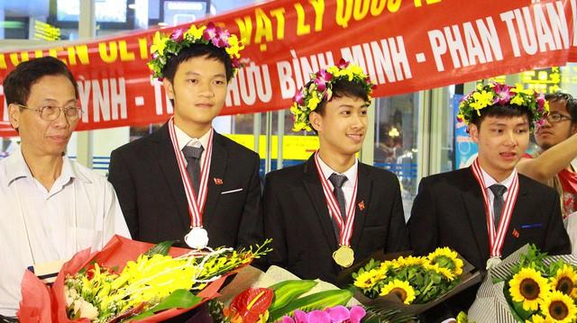 """Nguyễn Thế Quỳnh (thứ 3, từ trái sang) giành """"cú đúp"""" HCV Olympic Vật lý Quốc tế hai năm liên tiếp 2016 và 2017."""