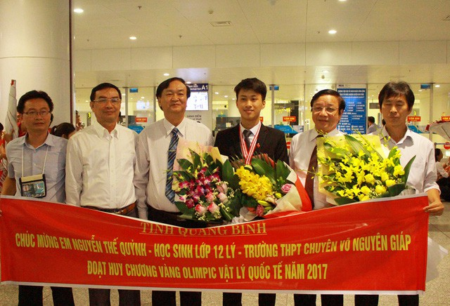Đại diện nhà trường và Sở GD-ĐT Quảng Bình ra sân bay Nội Bài đón cậu học trò xuất sắc.