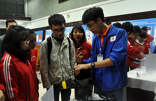"""Nhóm sinh viên trường Đại học Sư phạm Kỹ thuật Hưng Yên đạt giải nhất cuộc thi """"Nhà sáng tạo trẻ Việt Nam với Intel Galileo"""" năm 2015"""