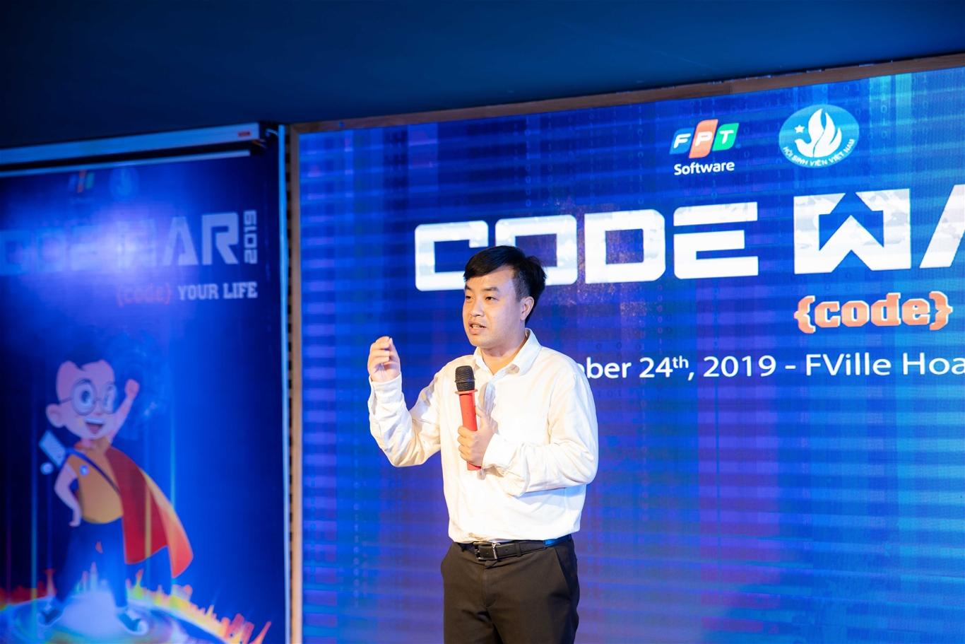 Anh Nguyễn Thiên Tú - Giám đốc Trung tâm Hỗ trợ và Phát triển Sinh viên Việt Nam động viên các đội thi trong buổi gặp mặt trước Vòng chung kết