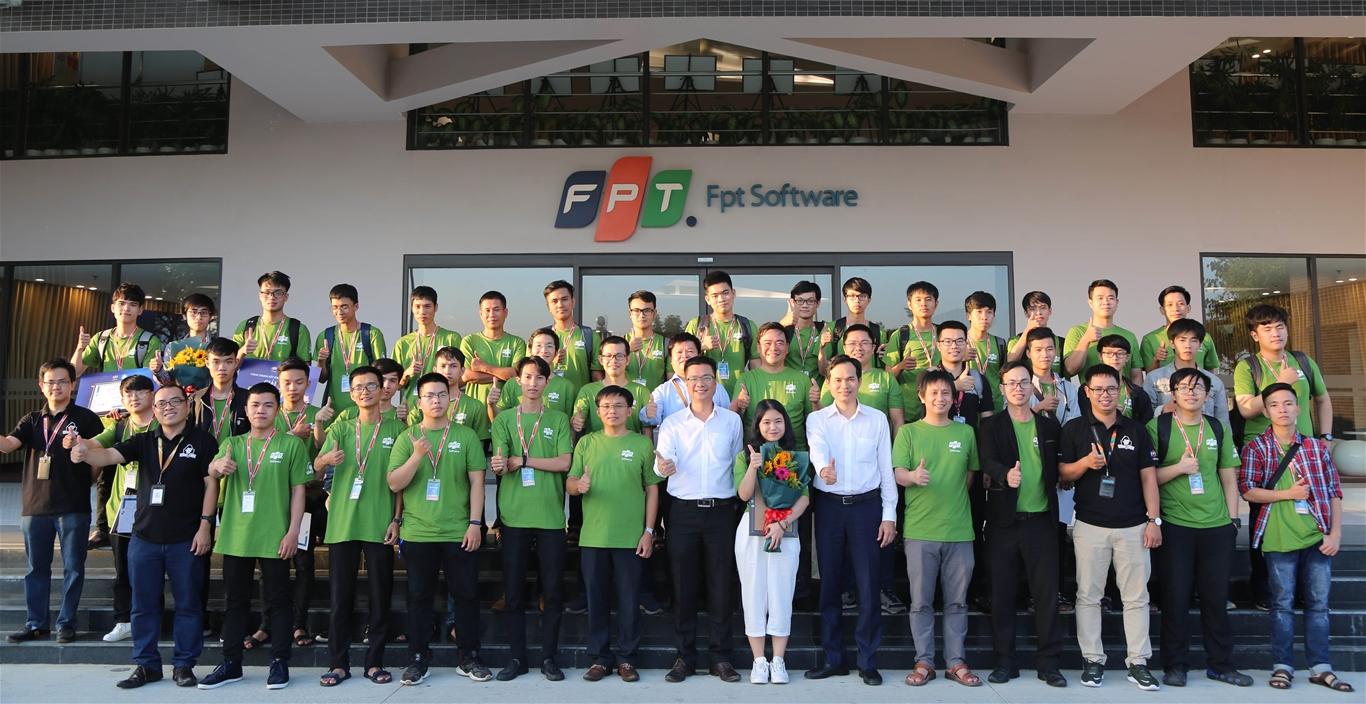 10 đội thi khu vực miền Trung chụp ảnh lưu niệm cùng các vị đại biểu