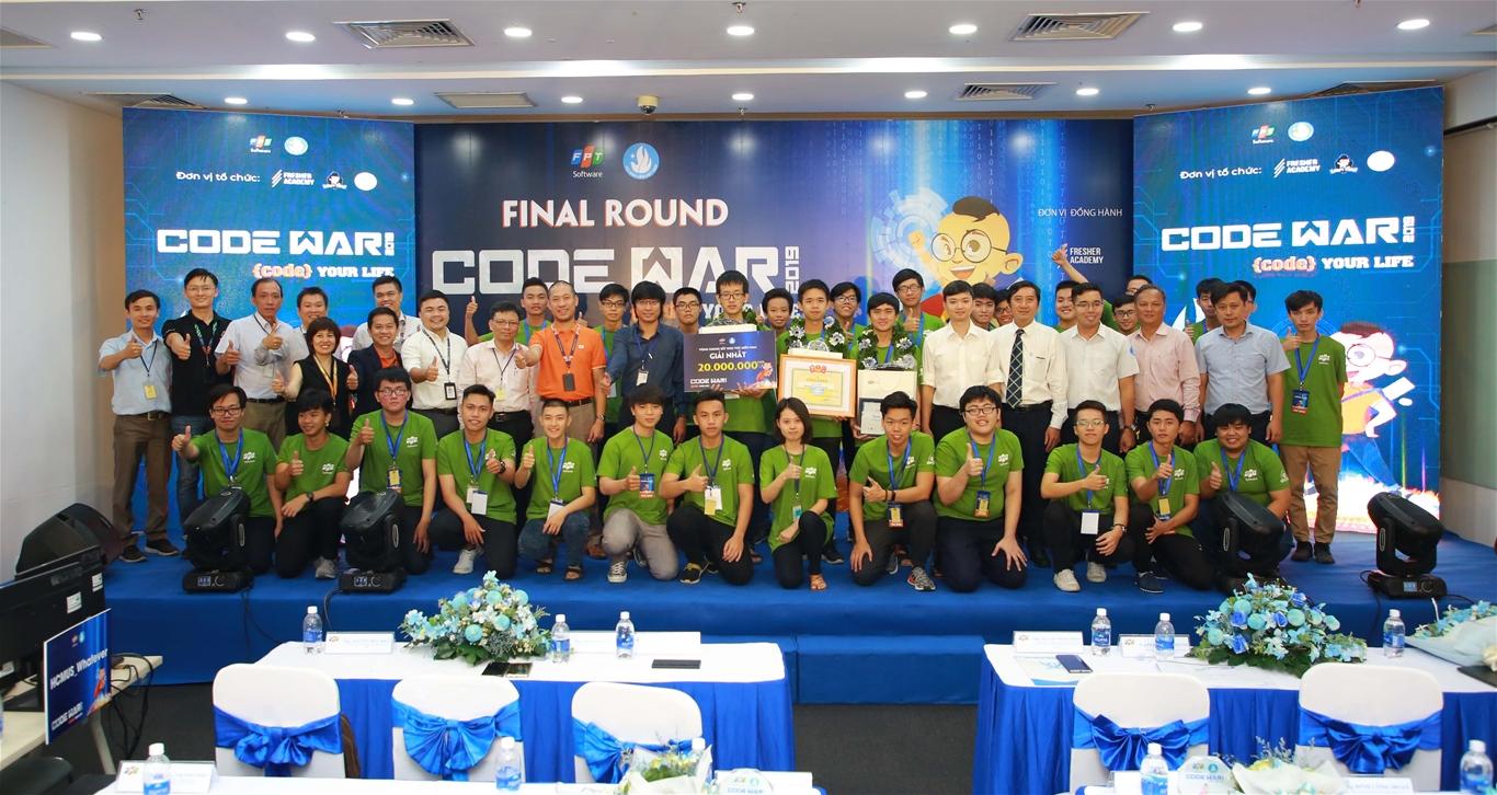 10 đội thi khu vực miền Nam chụp ảnh lưu niệm cùng các vị đại biểu