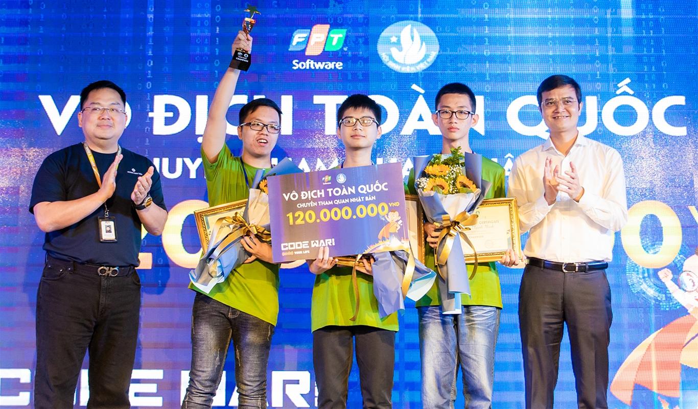 Anh Bùi Quang Huy, Chủ tịch Hội Sinh viên Việt Nam và anh Hoàng Nam Tiến, Chủ tịch FPT Software trao giải Vô địch toàn quốc cho đội Monitor