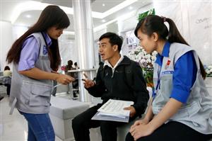 Sinh viên hỗ trợ giải quyết thủ tục hành chính