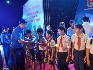 Trao 100 suất học bổng Nguyễn Thái Bình cho học sinh nghèo Bình Thuận