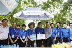Đồng chí Lê Quốc Phong thăm, tặng quà sinh viên tình nguyện Tiếp sức mùa thi 2016