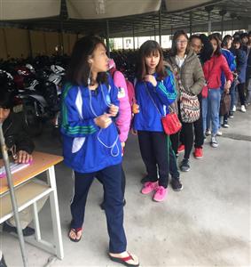 Những hình ảnh đẹp - Sinh viên Thái Nguyên xếp hàng trật tự chờ lấy vé xe