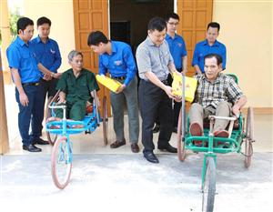 Tuổi trẻ Nghệ An tham gia các hoạt động về nguồn; thăm và tặng quà cho các thương bệnh binh tại Trung tâm điều dưỡng tỉnh Nghệ An.