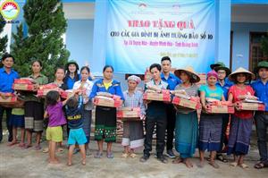 Đoàn trường Cao đẳng Kinh tế Kế hoạch Đà Nẵng từ thiện tặng quà đồng bào miền trung bị ảnh hưởng bởi cơn bão số 10 năm 2017.