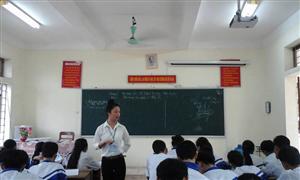 Sinh viên sư phạm Trường Đại học Vinh thi giảng bài trực tiếp cho học sinh phổ thông.