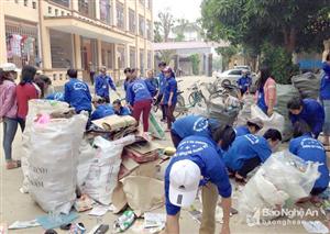 Sinh viên ĐH Y Khoa Vinh nhặt ve chai gây quỹ từ thiện