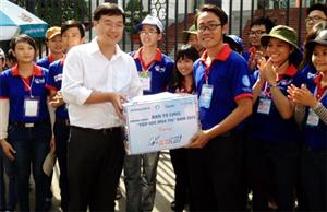 Bí thư BCH Trung ương Đoàn Lê Quốc Phong thăm sinh viên tình nguyện Tiếp sức mùa thi