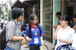 Nữ sinh Sư phạm động viên 2 sĩ tử khiếm thính bằng ngôn ngữ ký hiệu